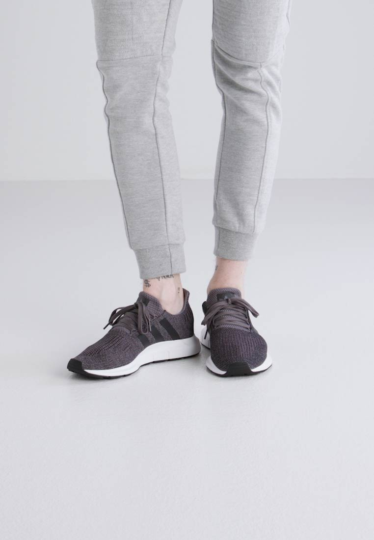 adidas Originals SWIFT RUN - Baskets basses gris foncé