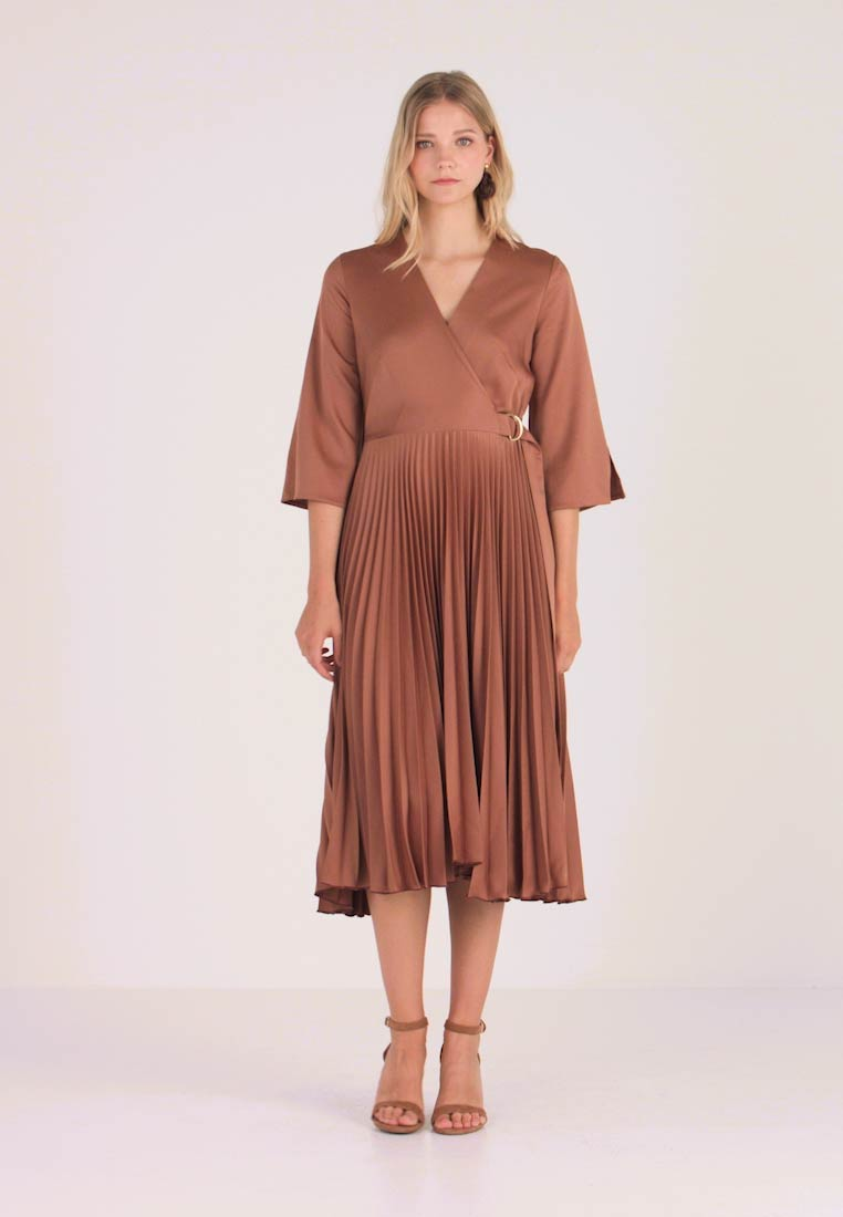 Closet - WRAP PLEATED DRESS - Hverdagskjoler - brown