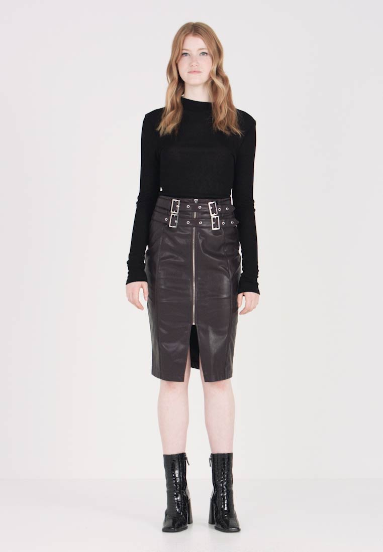 Lost Ink - PENCIL IN WITH BUCKLE BELT DETAIL - Pencil skirt - burgundy