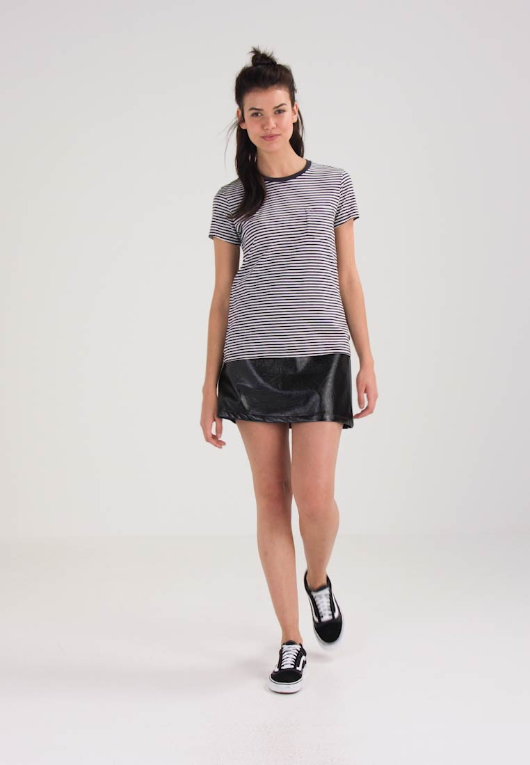 Levis® THE PERFECT POCKET TEE - T-shirts med print - gina obsidian/cloud dancer