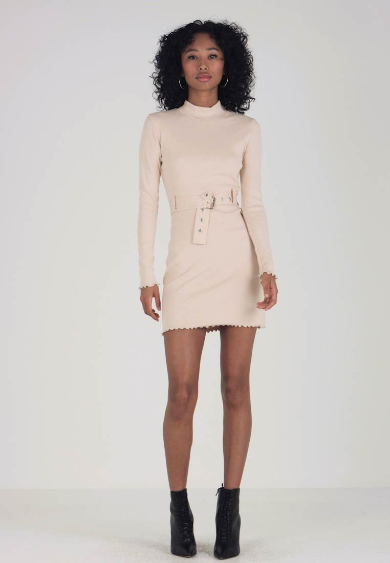 Missguided - SCALLOP EDGE BELTED DRESS - Etui-jurk - beige