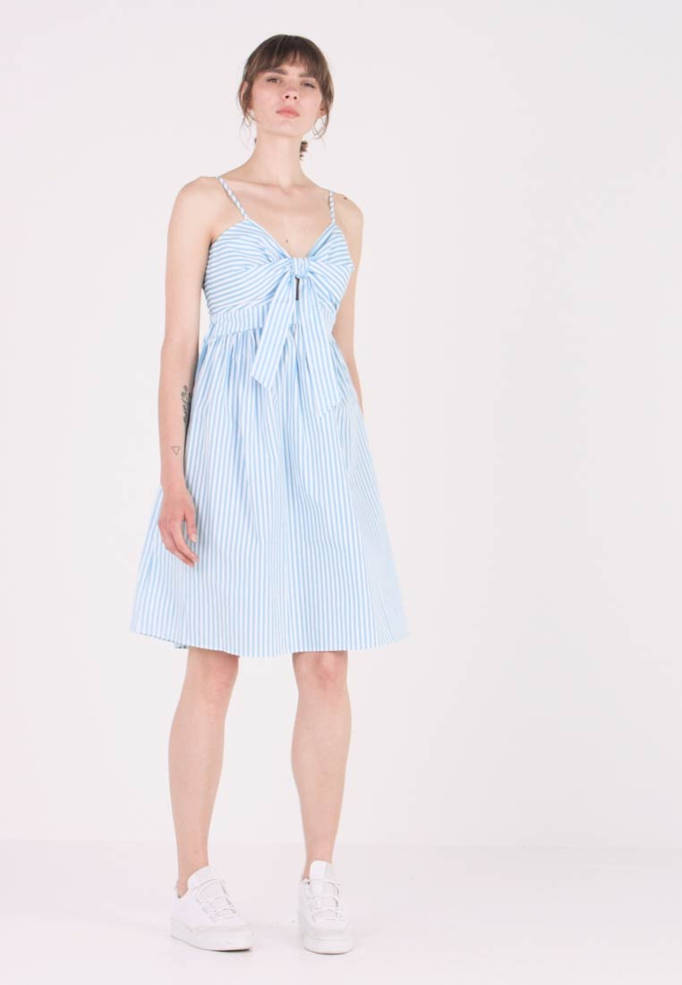 NA-KD - FRONT KNOT MIDI DRESS - Denní šaty - white/blue