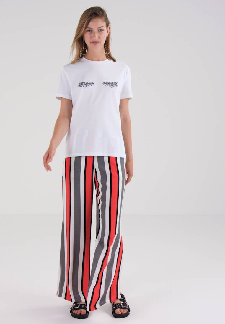 Pieces PCLASHY TEE - T-shirts med print - bright white