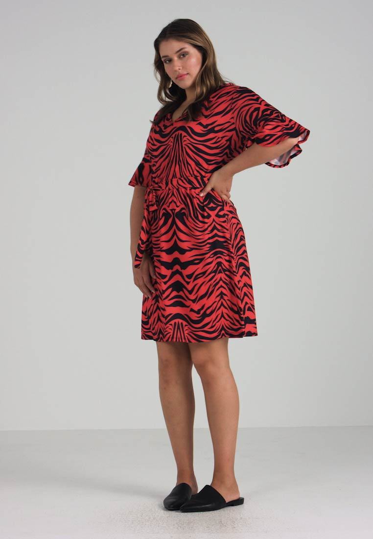 Pink Clove - TIGER PRINT FRLLED SLEEVE SHIFT DRESS - Vestito estivo - red