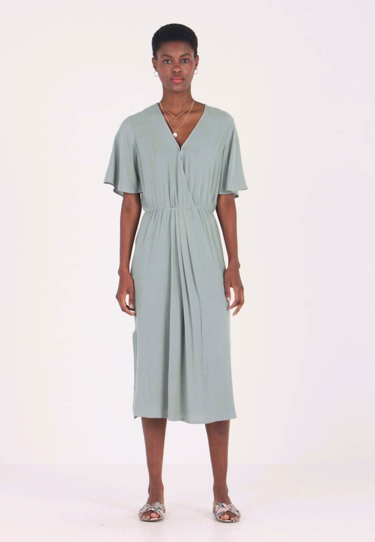 Re.draft - DRESS WITH PLEATDETAIL - Maxikjoler - faded olive