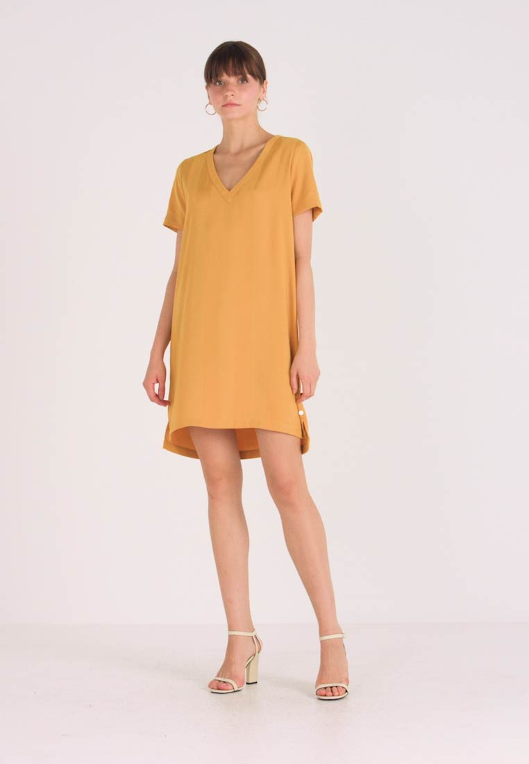 9bfbf76f1fa8c9 V NECK DRESS IN TONAL STRIPE - Robe d'été - mustard