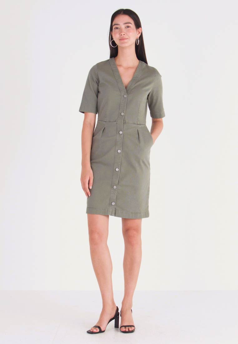 Selected Femme Tall - SLFLISE DRESS - Sukienka jeansowa - deep lichen green