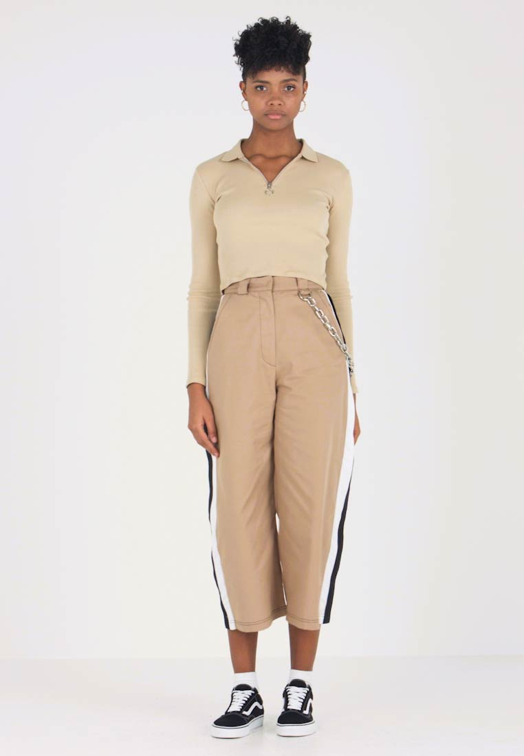 The Ragged Priest - SIDE STRIPE CROPPED PANT WITH CHAIN DETAIL - Pantalones - tan