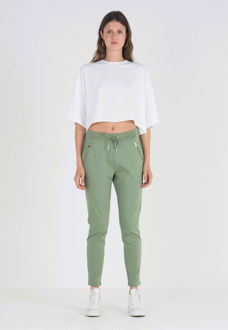 Vero Moda Tall - VMEVA LOOSE STRING ZIPPER PANT - Spodnie treningowe - hedge green